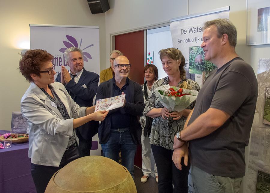 Carin Schoenmakers feliciteert Mike van Lierop met de uitverkiezing van zijn foto.