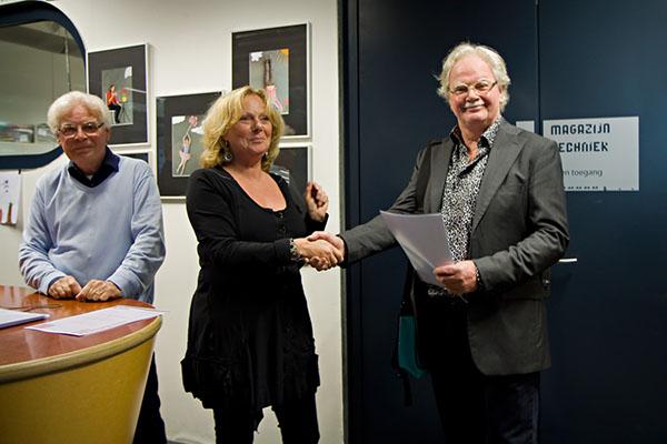 Fotobond-voorzitter Els Thijssen feliciteert Wim Peters met zijn bijzondere resultaat.