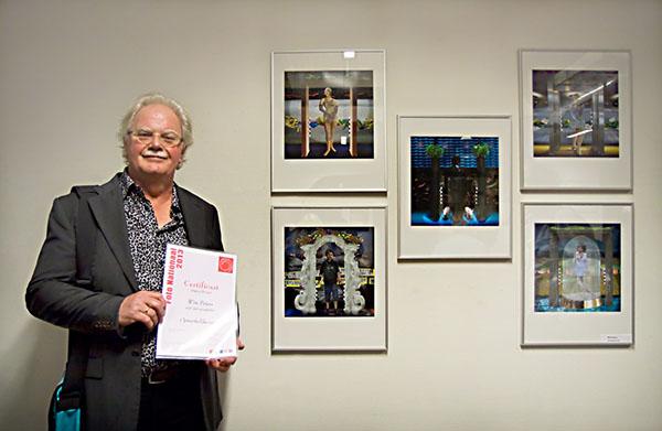 """Trots poseert Wim Peters bij zijn inzending voor Foto Nationaal, die het predikaat """"Bijzondere serie""""  kreeg."""