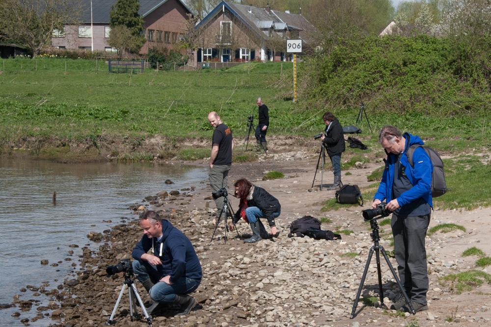 Deelnemers aan de workshop Lange Sluitertijden aan het werk langs de Nederrijn.